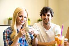 Amis dans un café-restaurant Photographie stock