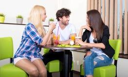 Amis dans un café-restaurant Photo libre de droits