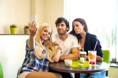 Amis dans un café-restaurant Images libres de droits
