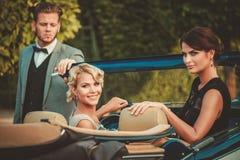 Amis dans un convertible classique Images libres de droits