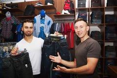 Amis dans un magasin d'habillement Photographie stock libre de droits