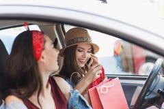 Amis dans un véhicule avec des sacs après l'achat Image libre de droits