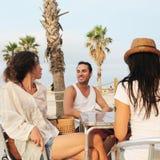 Amis dans une barre de plage Photographie stock libre de droits
