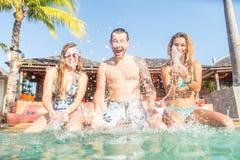 Amis dans une piscine Photos libres de droits