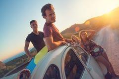 Amis dans une voiture Image stock
