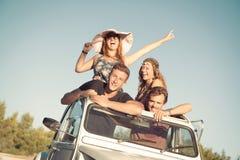 Amis dans une voiture Photos libres de droits