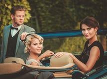 Amis dans une voiture classique Image stock