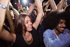 Amis dansant à la boîte de nuit Images libres de droits