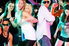 Amis dansant dans le club ou la disco Images stock