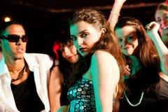 Amis dansant dans le club ou la disco Photo stock