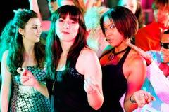 Amis dansant dans le club ou la disco Photographie stock