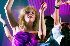 Amis dansant dans le club ou la disco Photographie stock libre de droits