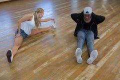 Amis dansant dans le studio Images libres de droits