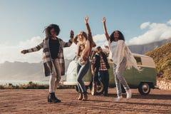 Amis dansant dehors sur la promenade en voiture Image stock