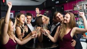 Amis dansant sur la partie de nouvelle année Photo stock