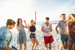 Amis dansant sur la plage Image libre de droits