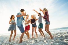 Amis dansant sur la plage Photos stock