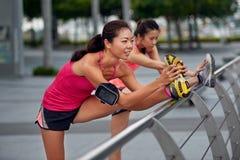 Amis de étirage flexibles de coureur Photos stock