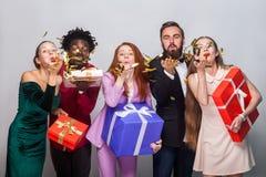 Amis de bonheur célébrant la nouvelle année Lâchez les confettis a d'or Images libres de droits