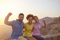 Amis de célébration heureux sur une montagne Photos libres de droits