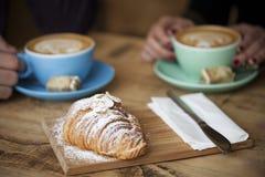 Amis de café ayant un casse-croûte Photographie stock libre de droits