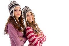 amis de capuchon deux jeunes de laine s'usants Image stock