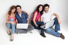 Amis de Carfree avec des ordinateurs portatifs Images stock