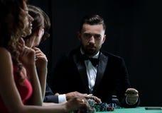 Amis de classe aristocratique jouant dans un casino Photographie stock