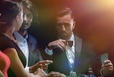 Amis de classe aristocratique jouant dans un casino Photographie stock libre de droits
