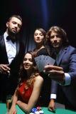 Amis de classe aristocratique jouant dans un casino Photos libres de droits