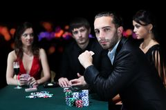 Amis de classe aristocratique jouant dans un casino Image stock