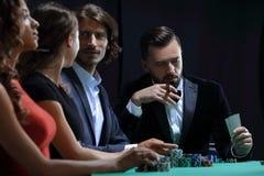 Amis de classe aristocratique jouant dans un casino Photo libre de droits