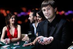Amis de classe aristocratique jouant dans un casino Photo stock