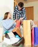Amis de couples avec des vêtements et des sacs Photos libres de droits