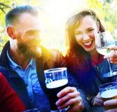 Amis de couples buvant accrochant dehors le concept Images stock