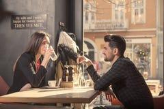Amis de couples d'homme de jeune femme, boutique se reposante de café de table Images libres de droits