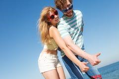 Amis de couples montrant le pouce vers le haut du geste Photographie stock