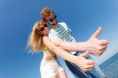 Amis de couples montrant le pouce vers le haut du geste Photo libre de droits