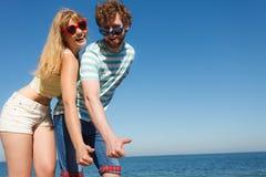 Amis de couples montrant le pouce vers le haut du geste Images stock