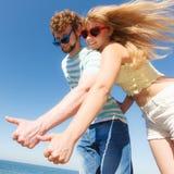 Amis de couples montrant le pouce vers le haut du geste Image stock