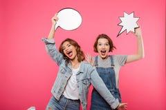 Amis de dames émotifs heureux tenant des bulles de la parole Photo stock