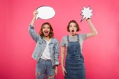 Amis de dames émotifs heureux tenant des bulles de la parole Photographie stock