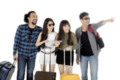 Amis de diversité avec des bagages sur le studio Photo libre de droits