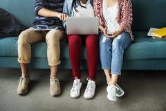 Amis de diversité employant le concept d'ordinateur portable Photos libres de droits