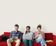 Amis de diversité employant le concept d'ordinateur portable Images libres de droits
