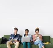 Amis de diversité employant le concept d'ordinateur portable Photo libre de droits