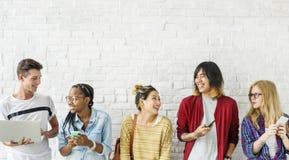 Amis de diversité employant le concept de dispositifs de Digital Images stock
