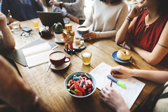 Amis de diversité rencontrant le concept de séance de réflexion de café Photo stock