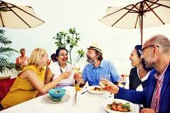 Amis de diversité traînant la partie dinant le concept Photo stock