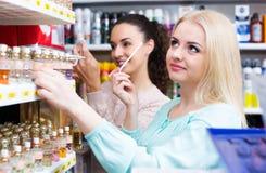 Amis de femme achetant le parfum Photo libre de droits